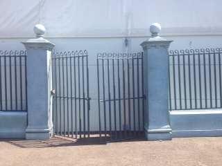 Absperrung mieten & vermieten - Eingangstor, Eingang, Tor, Gitter, Zaun, Zaunelement, Gitterzaun, Gittertor, Säulengitter, Säulentor, Säuleneingang in Lahnstein