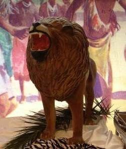 Dekofiguren mieten & vermieten - Löwen Figur stehend, Löwe, Figur, König der Löwen, Afrika, Savanne, afrikanisch, Wildkatze, Raubkatze, Großkatze in Kamp-Bornhofen