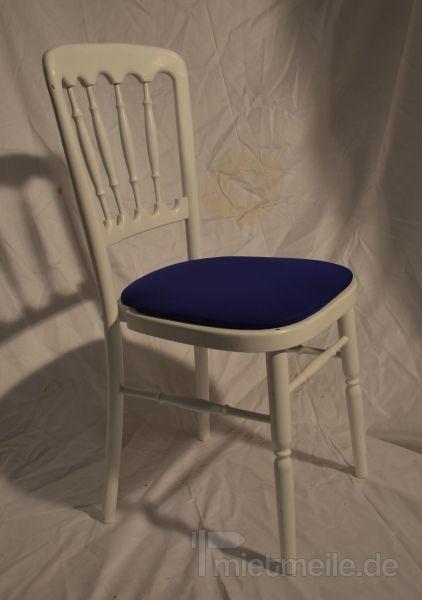 Stühle mieten & vermieten - Holzstuhl weiß mit blau Polstern in Rosenheim