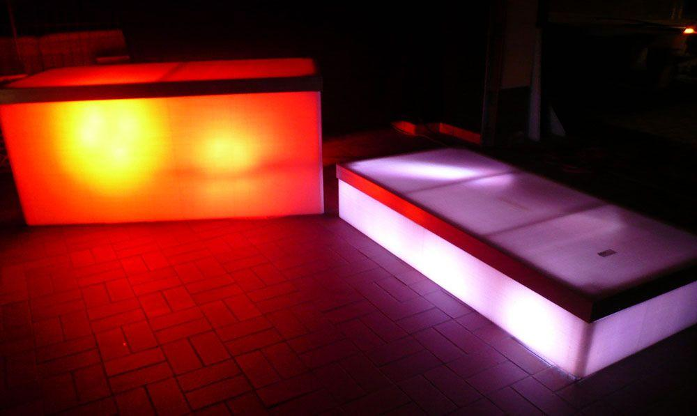 Bühne mieten & vermieten - beleuchtetes Bühnenpodest mit LED Scheinwerfer in Reinstädt