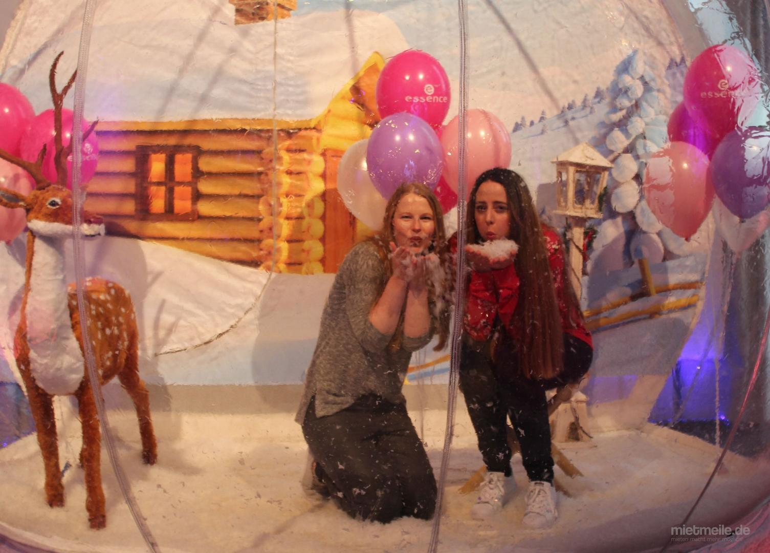 Fotobox mieten & vermieten - Begehbare Schneekugel mieten / Fotoservice / Photo Booth / Foto Station / Photo Point in Aachen