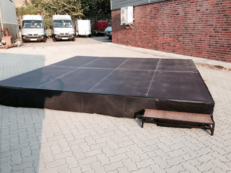 Bühne mieten & vermieten - Bühne 4m x 4m x 40cm mit Treppe inkl. Auf und Abbau in Neumünster
