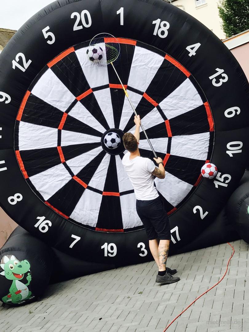 Fußball-Dart mieten & vermieten - XXL Fussball-Dart mieten deutschlandweiter Versand möglich in Grimma