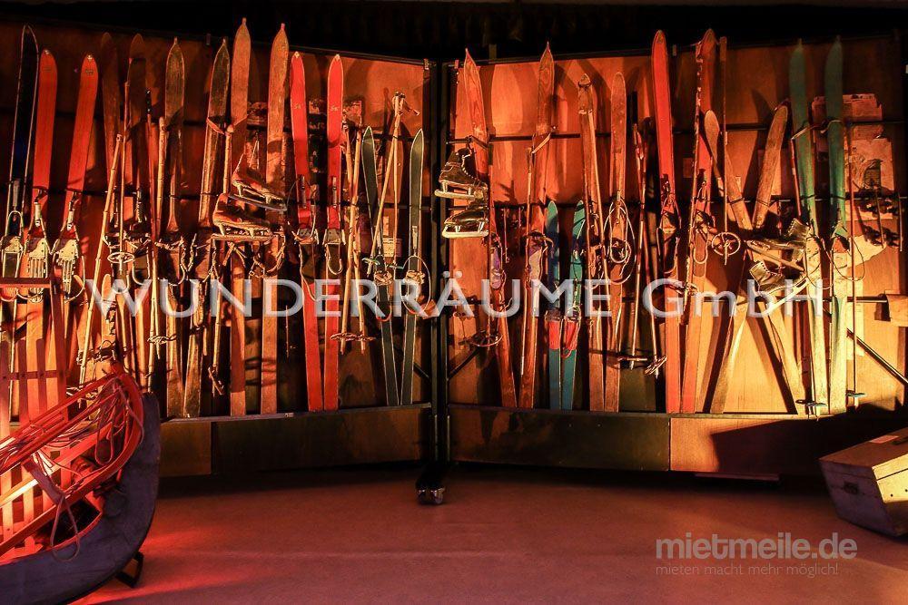 Saisonale Dekoration mieten & vermieten - Ski-Paar - WUNDERRÄUME GmbH vermietet: Dekoration/Kulisse für Event, Messe, Veranstaltung, Incentive, Mitarbeiterfest, Firmenjubiläum in Lichtenstein/Sachsen