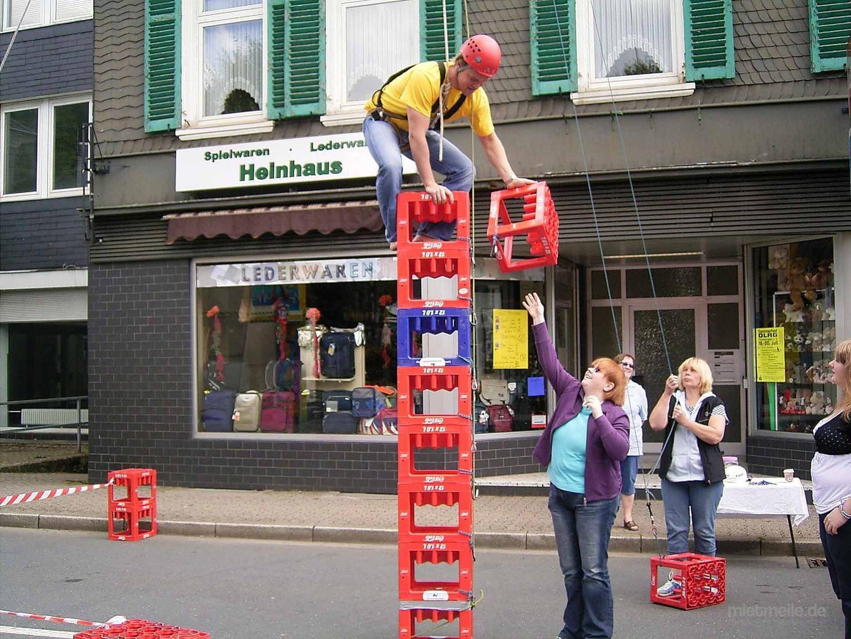 Kistenstapeln mieten & vermieten - Kistenstapeln, Kistenklettern gesichert am Mobilkran in Mittenwalde