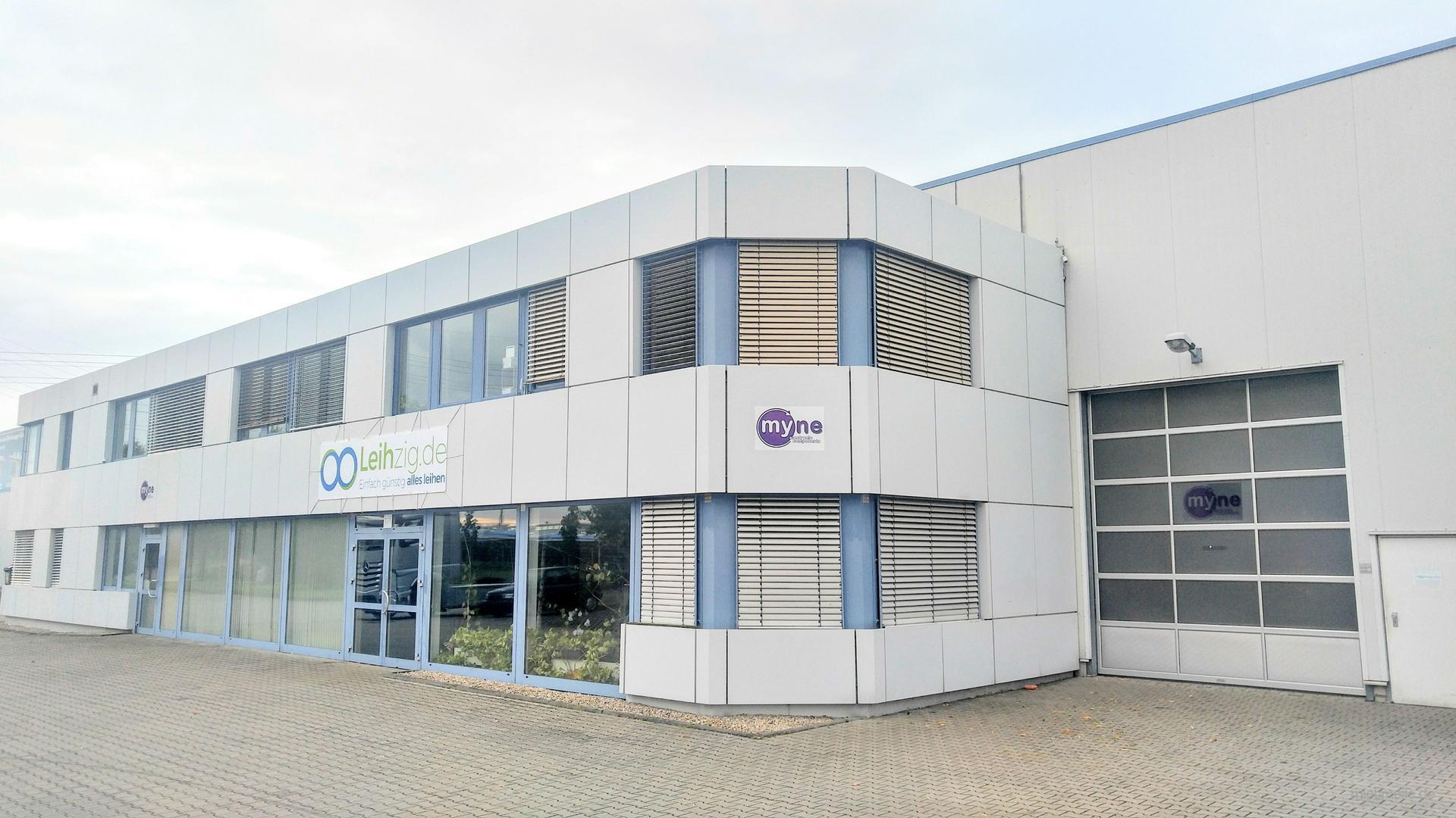 Kamerazubehör mieten & vermieten - TV Ständer Standfuß Trolley Roll-Stativ in Schkeuditz