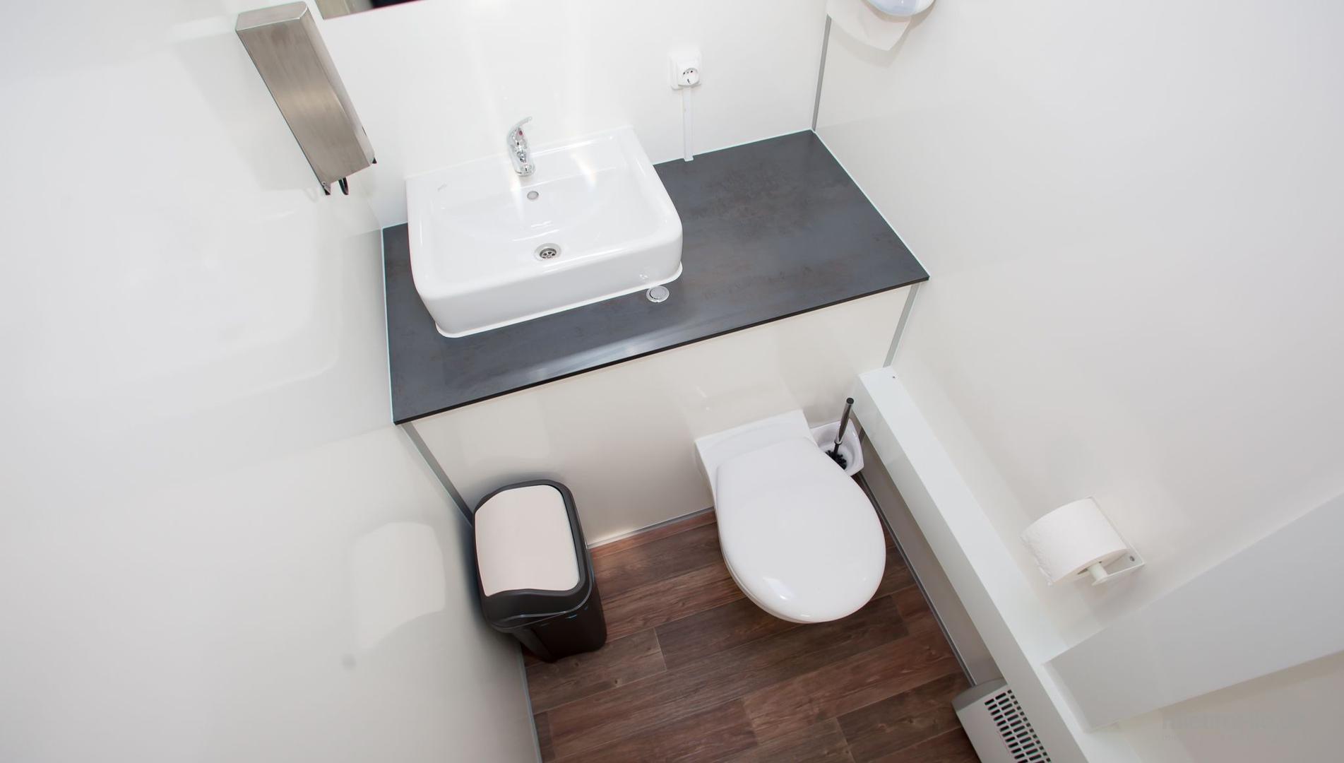 Toilettenwagen mieten & vermieten - Toilettenwagen 1&1 silber in Dorsten