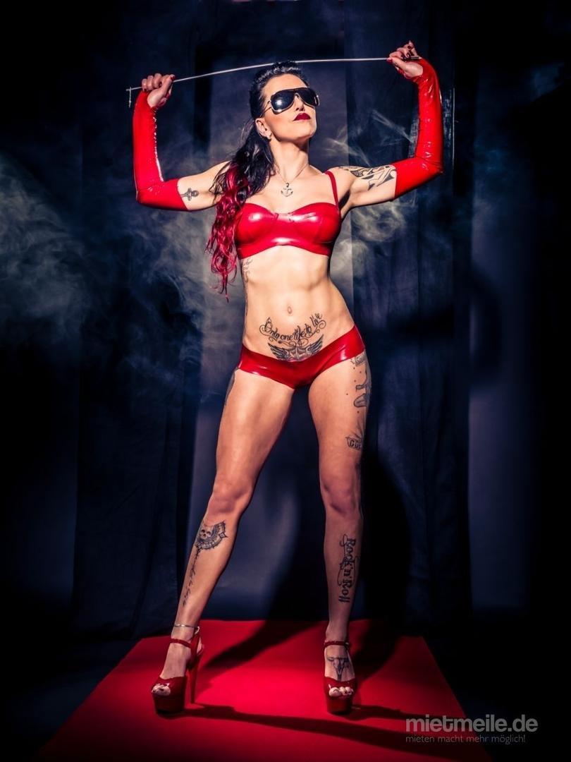 Stripperin mieten & vermieten - SEXY DOMINA Stripperin nimmt den Junggesellen / Geburtstagskind richtig ran in Berlin