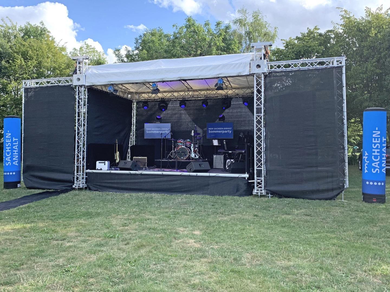 Bühne mieten & vermieten - Bühne Open-Air-Bühne Ground-Support Bühne Mobilbühne mobile Bühne Bühnendach 6x4m in Gröningen