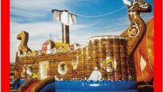 Piratenschiff im Wikingerschiff-Look mit Seegang.
