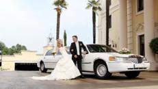In einer eleganten Hochzeitslimousine zum Altar