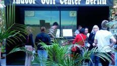 Golf spielen am Golfsimulator auf Großbildleinwand