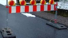 Straßenabsperrung, Absperrung, Absperrplanke, Baustelle, Baustellenwarnplanke, Begrenzung, Warnung, Warnplanke