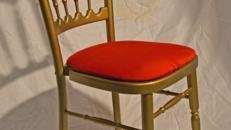 Holzstuhl gold mit rot Polstern