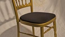 Holzstuhl gold mit schwarz Polstern