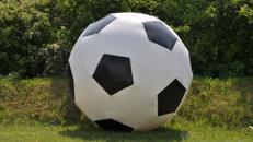 aufblasbarer Deko-Fußball mieten