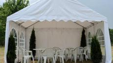 Stapelstuhl / Gartenstuhl / Eventstuhl / Sitzgelegenheit / Hochzeitsstuhl / Publikum / Stuhl