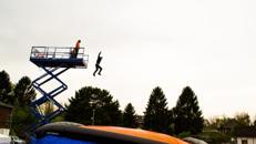 FREEFALL AIRBAG / BIGAIRBAG - AUS 12 METERN HÖHE IN EIN LUFTKISSEN SPRINGEN!