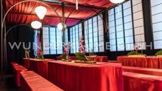 Tisch mit Husse, rot - WUNDERRÄUME GmbH vermietet: Dekoration/Kulisse für Event, Messe, Veranstaltung, Incentive, Mitarbeiterfest, Firmenjubiläum