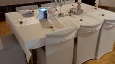 vermiete elegante Stretch- Stuhlhussen und Schleifen mit Broschen