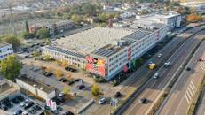 Große Hallenfläche mit Lastenaufzug in Mannheim – Bistro und Center Management vor Ort