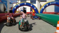 Kinder-Fahrschule mit Tretautos