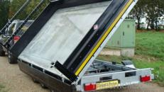 Dreiseitenkipper Hochlader 3500 kg gebremst E-Pumpe + Handpumpe, dreiachser, H-Gestell, beleuchtete Ladefläche – 100 km/h