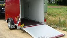 Geschlossener 1er GfK Motorradanhänger Rubin 1300 kg gebremst  inkl. Wippe + Seitentüre abschließbar – 100 km/h