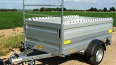 Offener Alu Kastenanhänger 1300 kg gebremst mit viel Ladevolumen Bordwandaufsatz – Reling – Leitergestell – 100 km/h