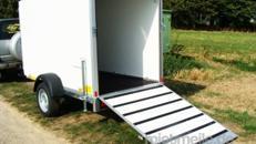 Little Bitch (Einachser)  Geschlossener 1er Motorradanhänger 1300 kg gebremst abschließbar inkl. Wippe – 100 km/h