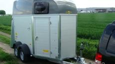 Silberstar (doppelachser)  2er Pferdeanhänger 2000 kg gebremst / Sattelkammer / Servicetüre / Panikentriegelung / Stangen höhenverstellbar  100 km/h