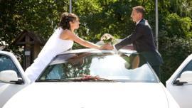 Ganz in einer weißen Hochzeitslimousine