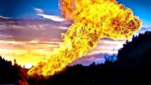 Eine Feuershow, die alle Herzen Feuer fangen lässt