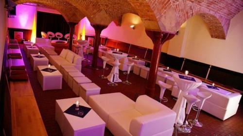 Loungesofa & Sitzwürfel aus weißem Leder