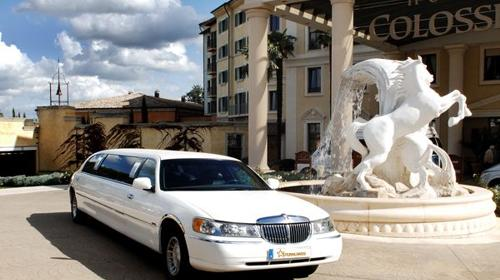 Erleben Sie puren Luxus in einer weißen Luxuslimousine