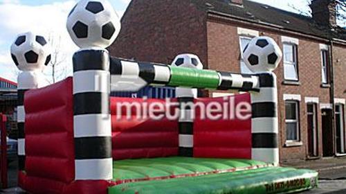 Fußball Hüpfburg mit Bällen auf den Towern.