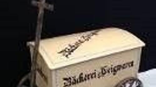 Bäckertruhe mit Leiterwagen, Truhe, Kiste, Wagen, Karren, Bäckertruhe, Leiterwagen, Bäckerei, Gebäck, Konditor