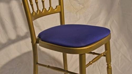 Holzstuhl gold mit blau Polstern