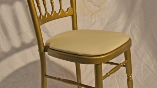 Holzstuhl gold mit creme Polstern