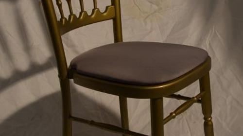 Holzstuhl gold mit grau Polstern