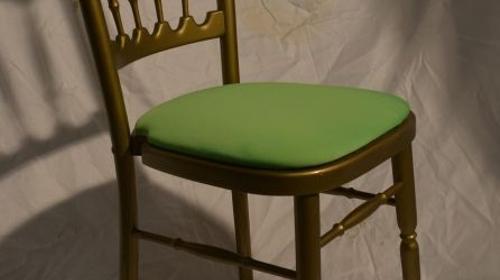 Holzstuhl gold mit grünem Polstern
