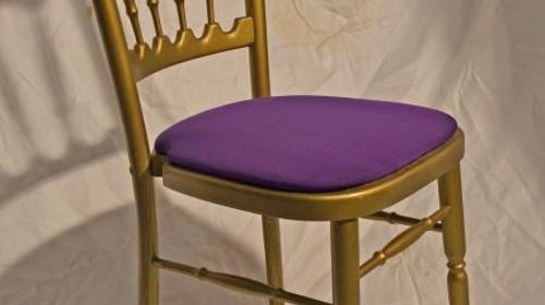 Holzstuhl gold mit lila Polstern