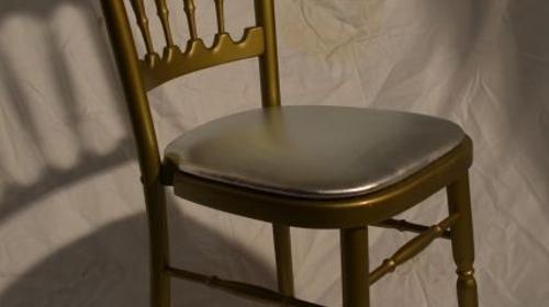 Holzstuhl gold mit silber Polstern