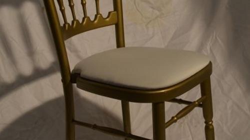 Holzstuhl gold mit weißen Polstern