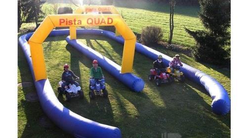Kinder Kartbahn mit Elektro-Quads und Parcours