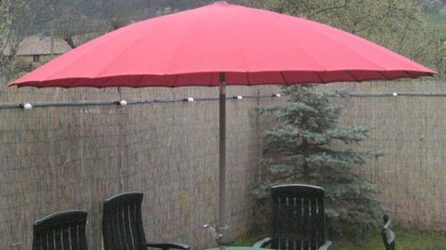 Sonnenschirm mit ca. 2,6 m Durchmesser