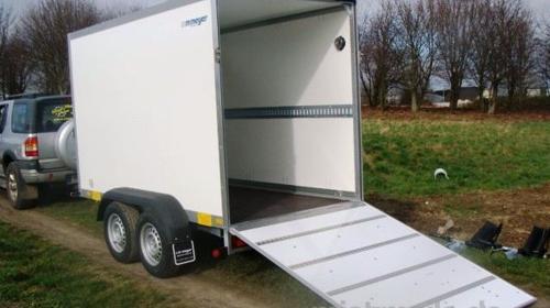 Waldmeister Kofferanhänger mit Rampe geschlossen 2000 kg gebremst / 100 km/h