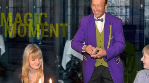 Zauberer Tom Joke, Verblüffend, charmant & frech: Buchen Sie den Comedy - Zauberkünstler - Messe - Event - Hochzeit