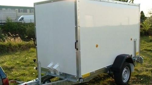 Kofferanhänger abschließbar 1300 kg gebremst / 100 km/h