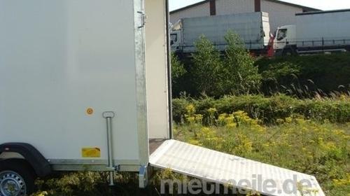 Kofferanhänger abschließbar 1300 kg gebremst mit Auffahrrampe  – 100 km/h
